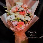 ramo floral en tonos anaranjados